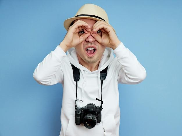 Turysta patrzy w dal w poszukiwaniu sensacji
