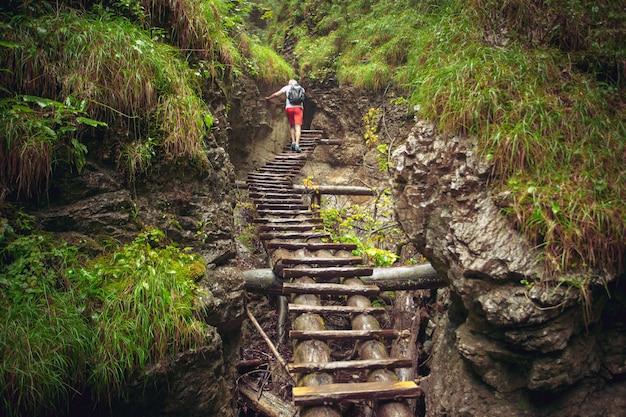 Turysta pieszo ciężko przez kanion