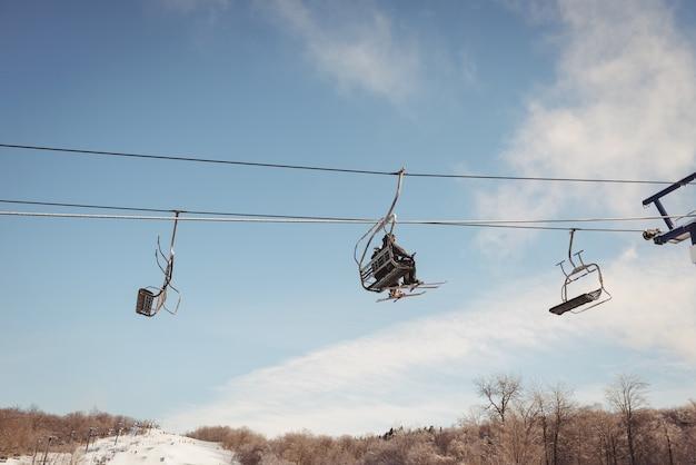 Turysta podróżujący w wyciągu narciarskim