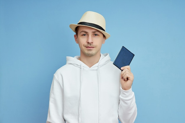 Turysta portret mężczyzny z paszportem w ręku, mężczyzna w kapeluszu