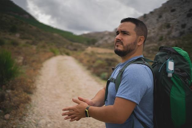 Turysta pozostaje patrząc na wspaniałe widoki serra de tramuntana