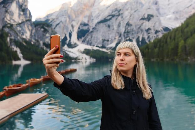 Turysta robi selfie zdjęcie na smartfonie na pięknym krajobrazie