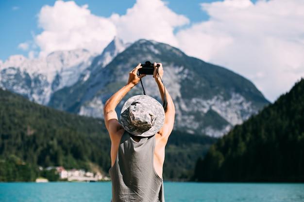 Turysta robi zdjęcia krajobrazu przyrody za pomocą swojego smartfona