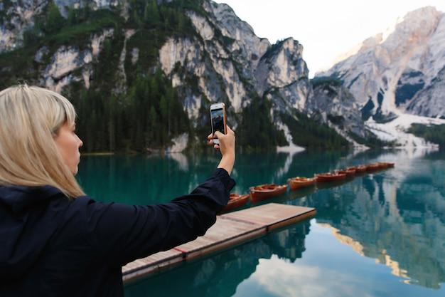 Turysta robi zdjęcie pięknego krajobrazu na smartfonie