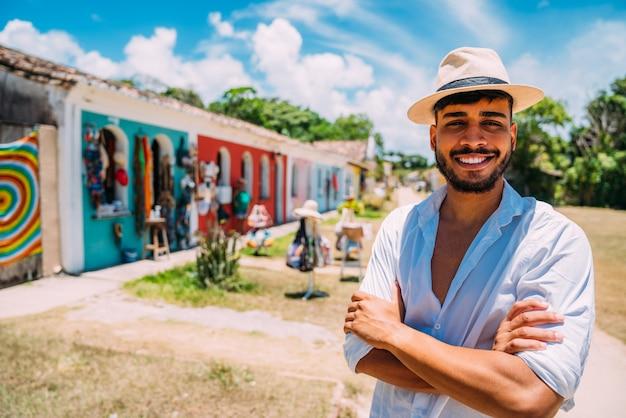 Turysta robiący selfie w historycznym centrum porto seguro