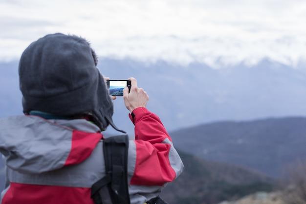 Turysta robienia zdjęć z telefonu