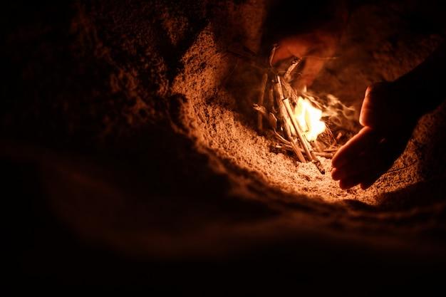 Turysta rozpala ogień na plaży