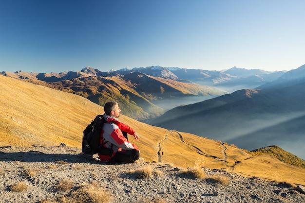 Turysta spoczywa na szczycie góry