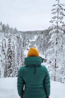 Turysta spoglądający na śnieżny krajobraz