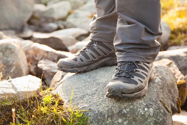 Turysta stojący na skałach