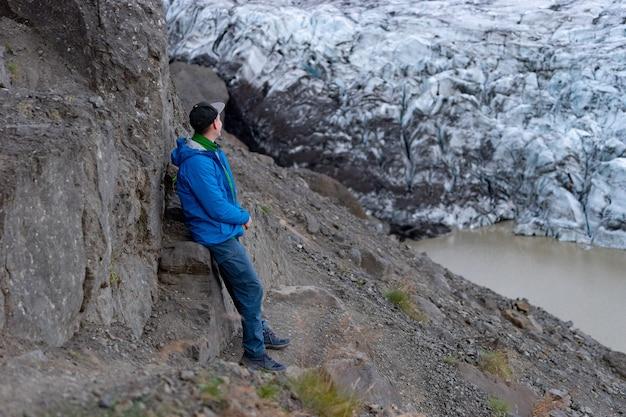 Turysta turysta patrząc na widok krajobraz góry lodowej z gigantycznymi górami lodowymi i jeziorem