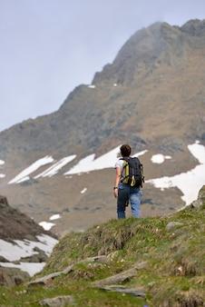 Turysta w drodze na górę