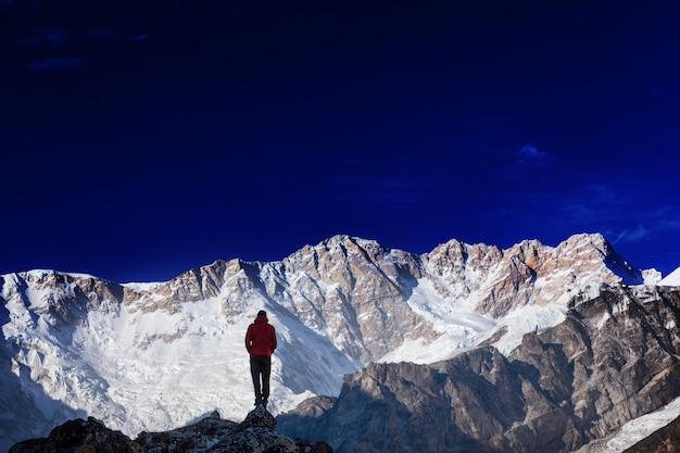 Turysta w górach himalajach. nepal