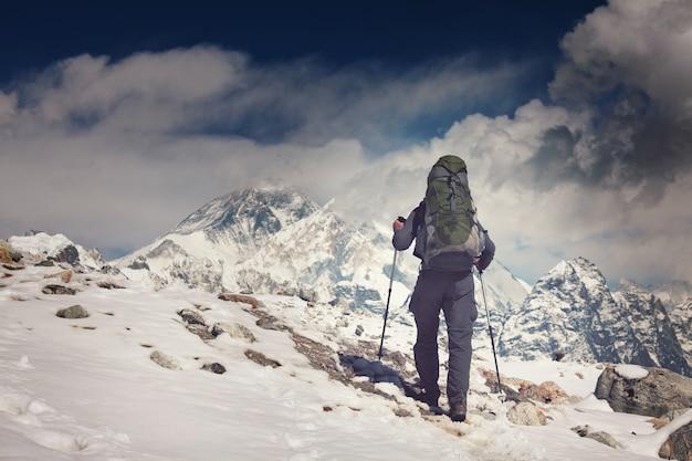 Turysta w górach himalajów. nepal