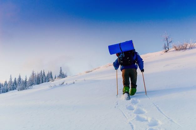 Turysta w górach zimą