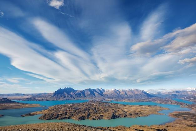 Turysta w parku narodowym perito moreno w patagonii w argentynie