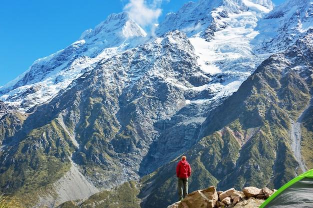 Turysta w pięknych górach w pobliżu mount cook, nowa zelandia, wyspa południowa