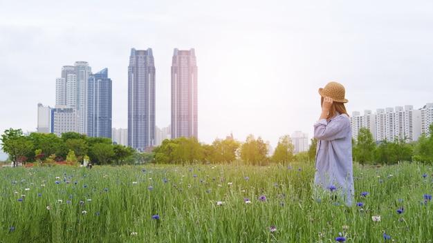 Turysta w pięknym ogrodzie spojrzeć na budynek w grand park taehwagang z pięknym kwiatem ogrodowym w ulsan w korei