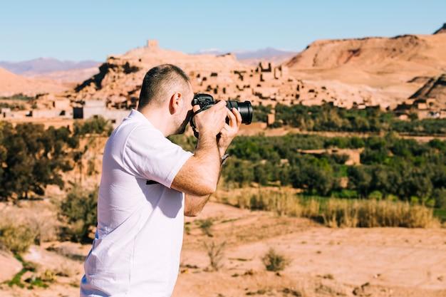 Turysta w pustynnym krajobrazie