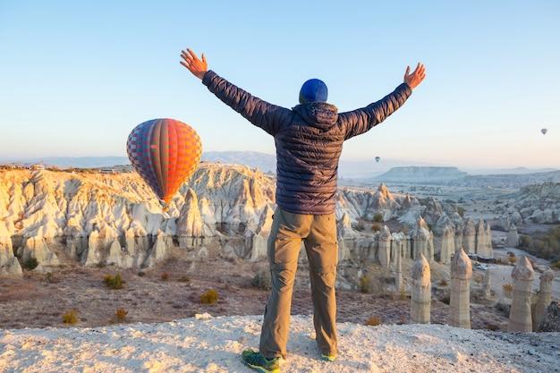 Turysta w słynnym miejscu turystycznym kapadocja, turcja