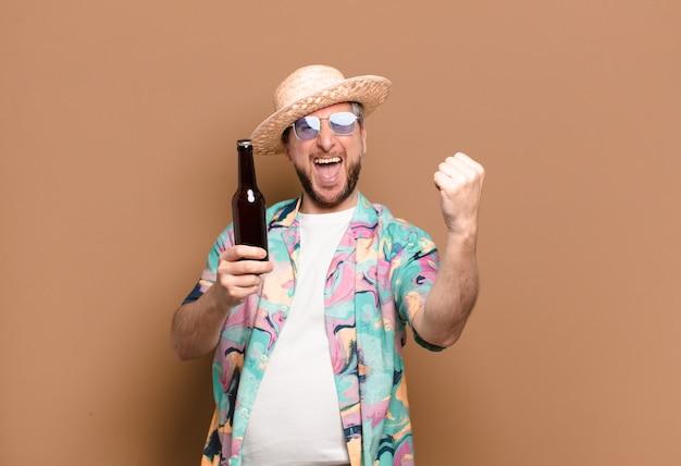 Turysta w średnim wieku z piwem