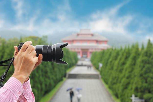 Turysta w świątyni chongsheng na starym mieście dali, yunnan, chiny