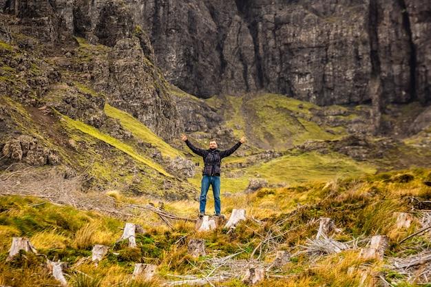 Turysta w szkocji z rękami w powietrzu