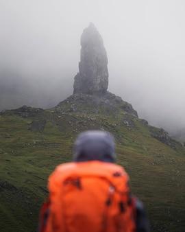 Turysta w the storr na wyspie skye w szkocji