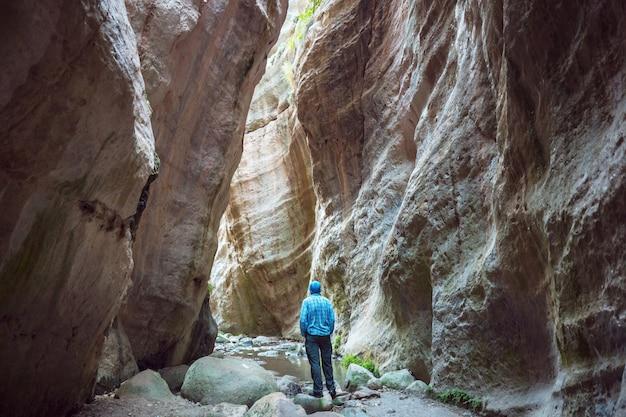 Turysta w wąwozie avakas. dystrykt pafos, cypr. słynny mały kanion w sunh na cyprze.