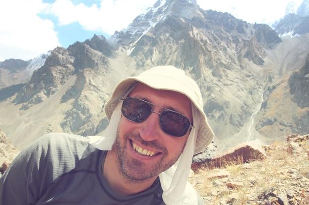 Turysta w wysokich górach