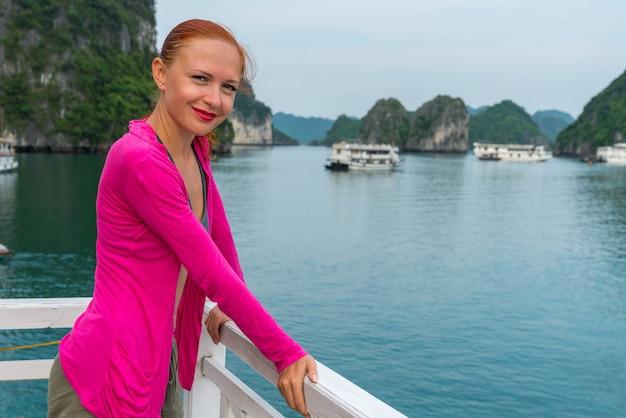 Turysta w zatoce halong