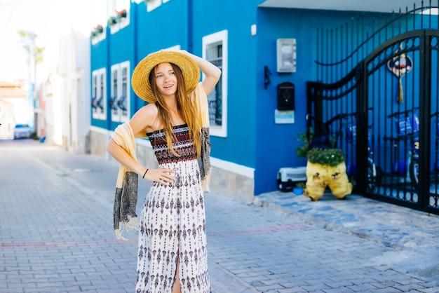 Turysta wakacje podróży. dziewczyna na letnich wakacjach odwiedzająca słynną miejscowość turystyczną