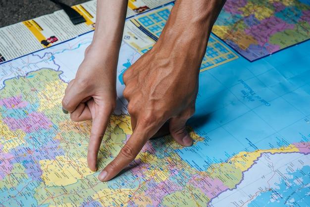 Turysta wskazał palcem na mapę.