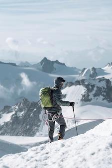 Turysta wspinający się na alpy chamonix we francji