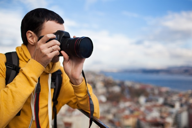 Turysta z aparatem fotografującym krajobraz w stambule turcja krajobraz europejskie miasto