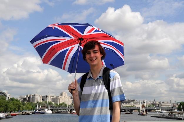 Turysta z brytyjską flagą parasolem w londynie