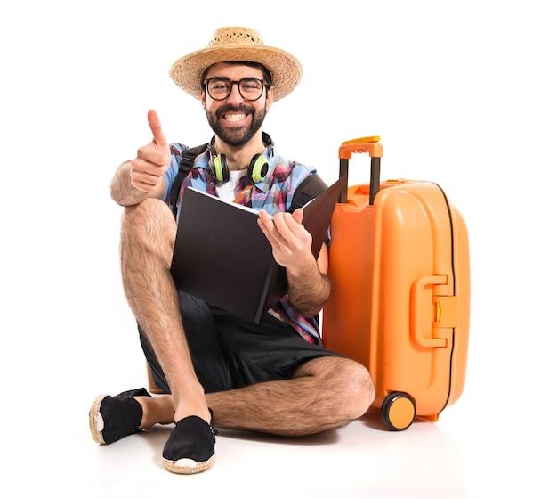 Turysta z kciukiem do góry