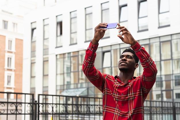 Turysta z krótkimi włosami robienia zdjęć