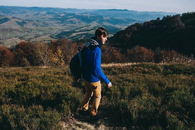 Turysta z mapą w ręku i telefonem. jesienne góry