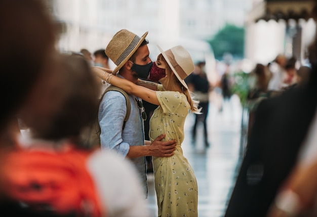 Turysta z maską całuje się w mieście