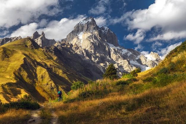 Turysta z plecakiem na trasie w górach