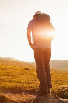 Turysta z plecakiem podróżujący po górach norwegii dovre