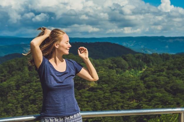 Turysta z plecakiem relaksujący na szczycie góry