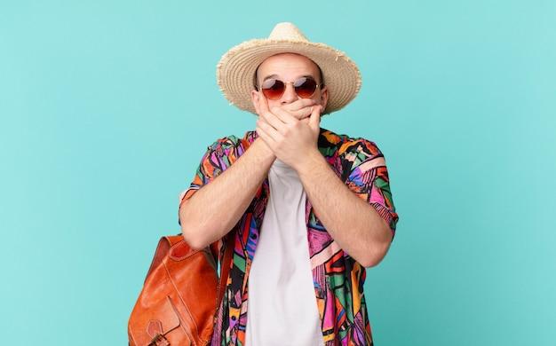 """Turysta zakrywający usta rękami z zszokowanym, zaskoczonym wyrazem, dochowujący tajemnicy lub mówiąc """"ups"""""""