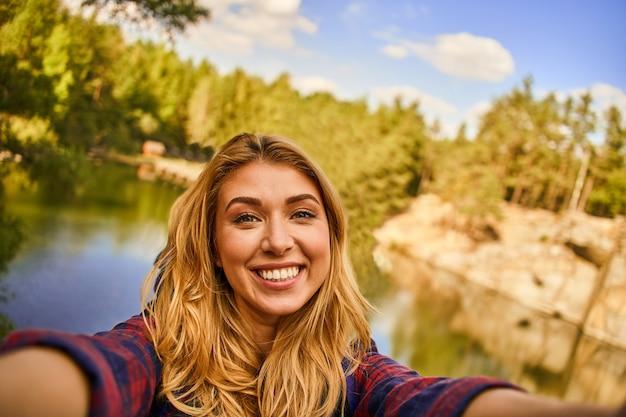 Turystka odkrywa nowe miejsca i robi selfie