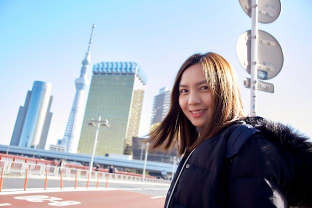 Turystka odwiedza ciesz się widokiem asakusa w tokio, japonia,