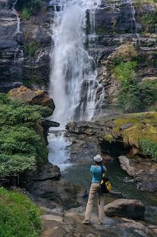 Turystka robi zdjęcie wodospadu wachirathan w tajlandii