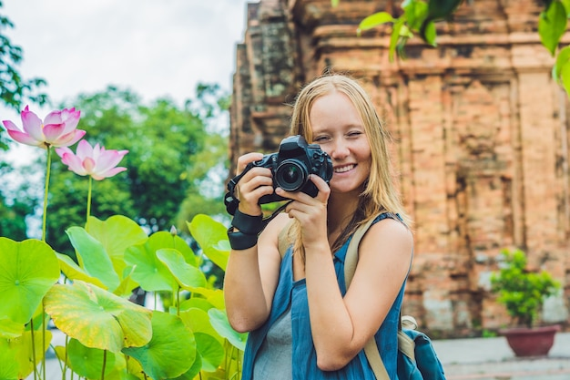 Turystka w wietnamie. po nagar cham tovers. koncepcja podróży azji