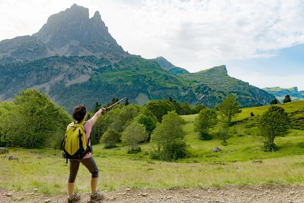 Turystka z pic du midi d'ossau we francuskich pirenejach