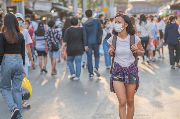 Turystki Dziewczyny W Maskach Na Twarz Przy Ulicy. Premium Zdjęcia